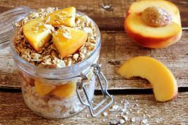 Fruchtige laktosefreie Overnight Oats mit Pfirsich-Topping