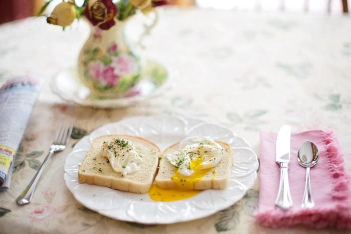 Frühstück bei Fructoseintoleranz: Poached Eggs auf Toast