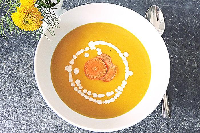 Laktosefreie Karottencremesuppe und Yoga entspannen im Winter