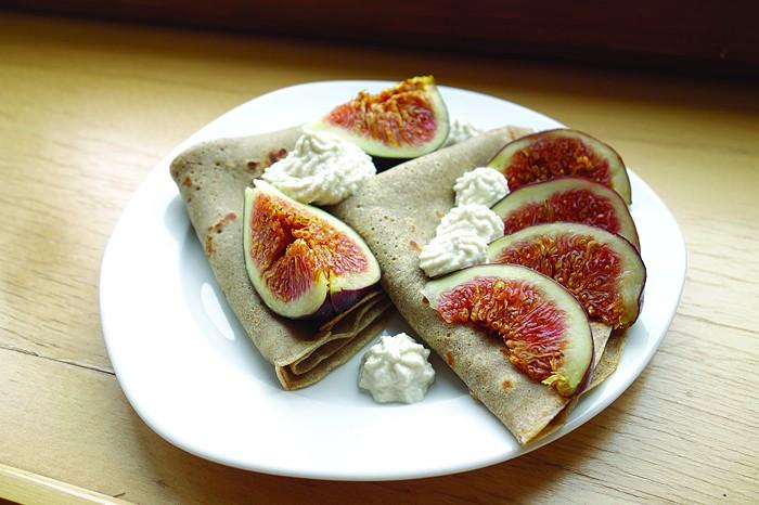 So einfach und lecker: Glutenfreie Buchweizen-Crêpes. © curlsnchard.com