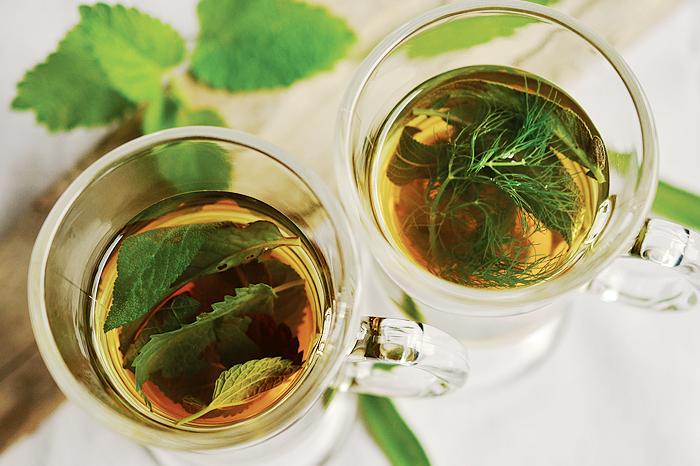 TeeKräutertee beruhigt Magen und Darm und ist bei Reizdarmsyndrom eine gute Wahl. © pixabay.com