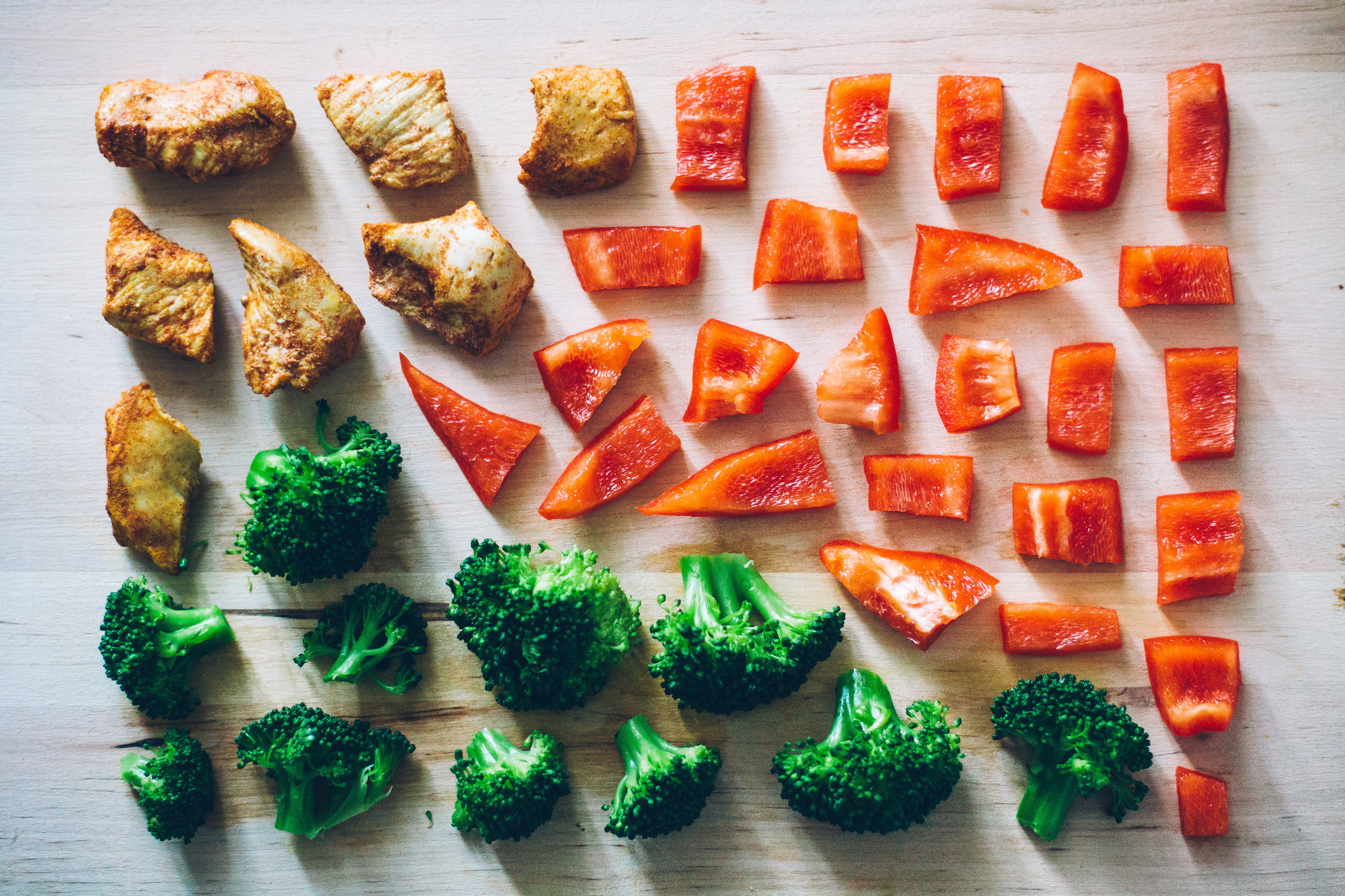 Bei der Paleo-Ernährung kommen vor allem frisches Gemüse und auch Fleisch auf den Teller. © pexels.com