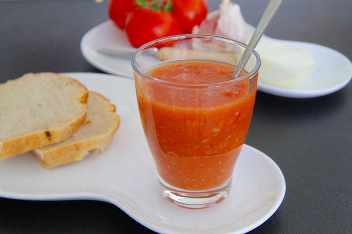 Erfrischender Sattmacher: Eiskalte Gazpacho ist das ideale Gericht für heiße Sommertage. © kiweno