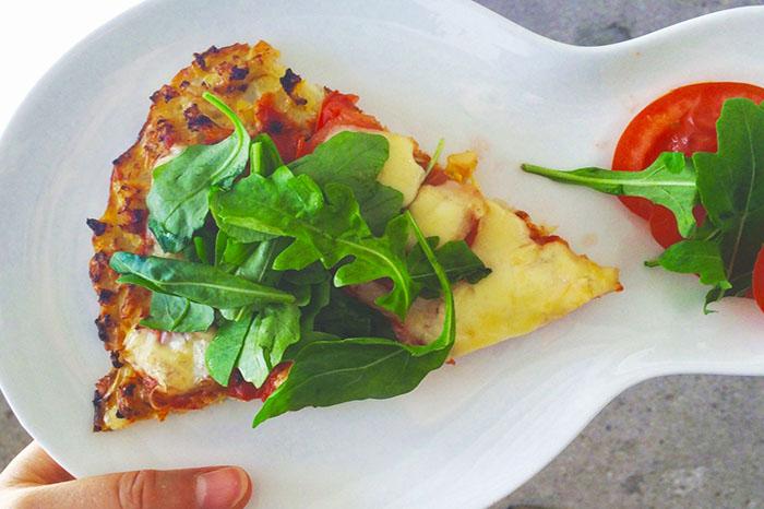 Was ergeben Karfiol, Eier, Tomaten und eine ordentliche Portion Käse? Richtig: leckere eiweißreiche Low Carb Pizza! ©kiweno